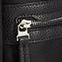 Edessä ja takana olevat taskut pitävät tavarat helposti käden ulottuvilla.